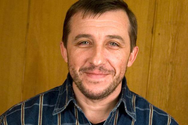 Мужчина упал с высоты на автомобиль известного актера Виктора Супруна и погиб