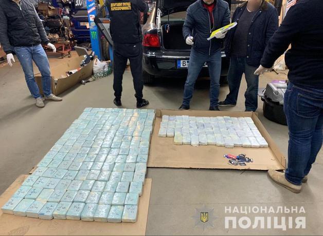 На Киевщине задержали иностранца, перевозившего в тайнике машины героин на 220 млн грн