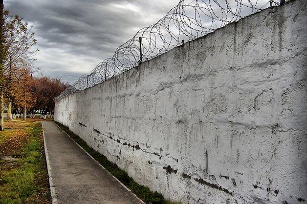 Чайка заявил, что массовые случаи насилия над зэками выявлены в половине регионов РФ