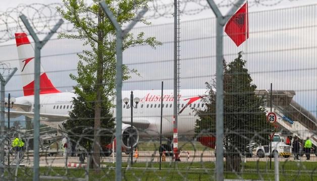 В Албании в аэропорту похитили несколько миллионов евро. Один из грабителей убит, остальные скрылись