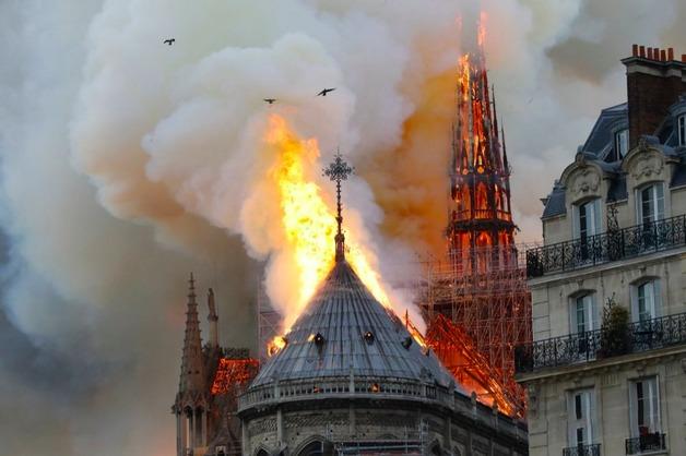 У горящего собора Парижской Богоматери обрушился шпиль