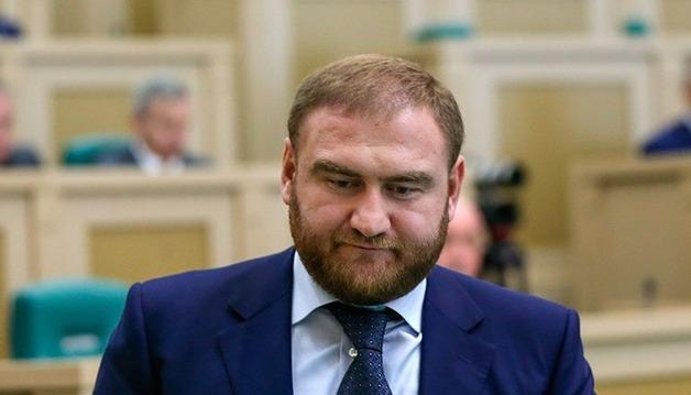 Мосгорсуд признал законным временное лишение сенатора Арашукова полномочий