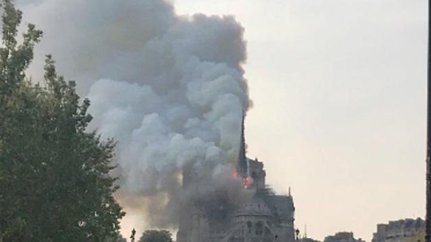 В Париже горит собор Парижской Богоматери: над зданием клубы дыма
