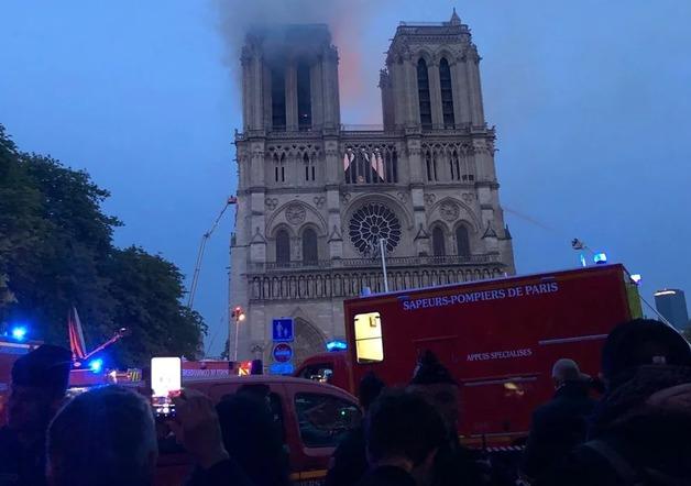 Пожар в Соборе Парижской Богоматери: Загорелась одна из двух башен