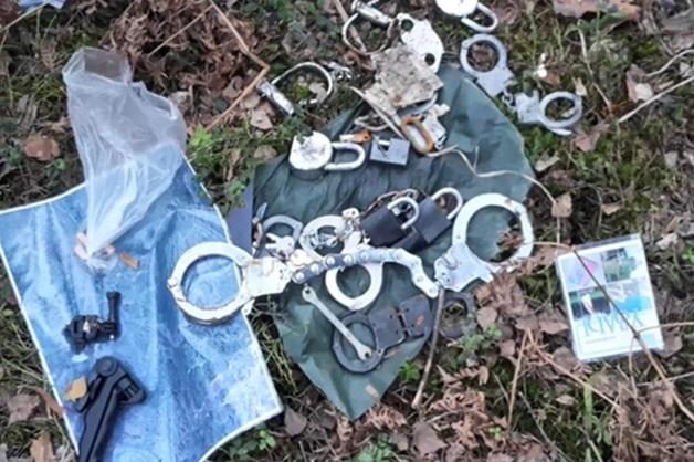 Вокруг прикованного цепями к дереву трупа Ивана Ключарева нашли наручники и навесные замки
