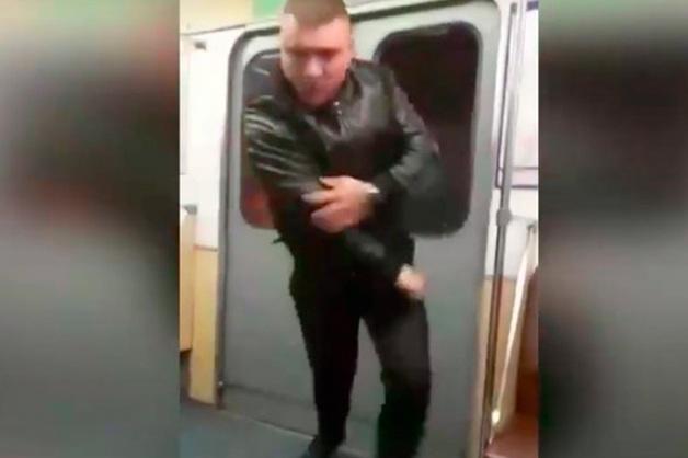 В Петербурге задержали «Халка», который кулаком выбил стекло в вагоне метро