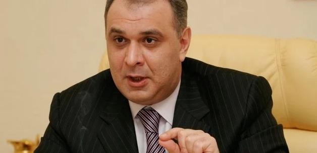 Экс-нардеп просит суд запретить выезд за границу Порошенко и еще 180 чиновникам и судьям