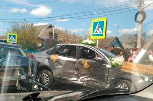 На Кубани в ДТП со свадебным кортежем невесте разорвало кожу головы