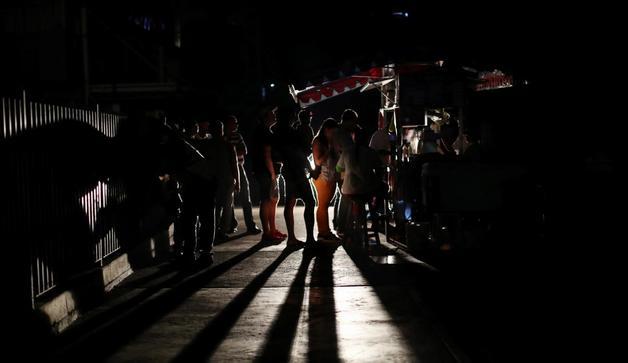 В Венесуэле сократили рабочий день из-за масштабных отключений электроэнергии