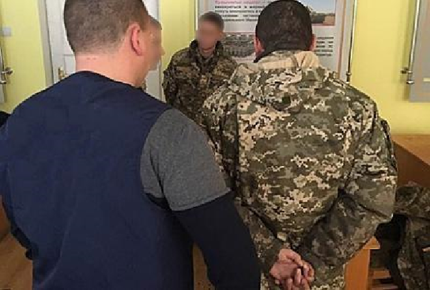 Коррумпированный военком по-крупному «выкачивал» из военнообязанных бензин