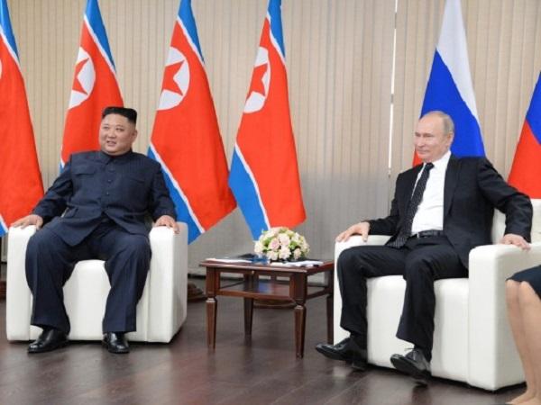 Телохранители Ким Чен Ына протерли его стул спиртом перед началом переговоров с Путиным