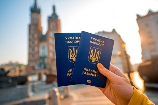 В Украине резко подорожают загранпаспорта и ID-карты: озвучены цены и сроки