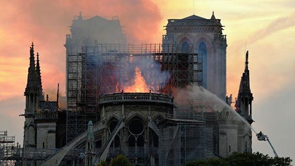 Пожар в Нотр-Даме: возле собора случилось новое ЧП