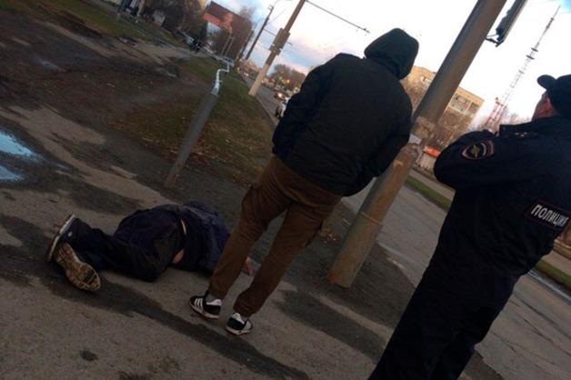 «Лежал в луже крови». В Кургане мужчина с разбитой головой час ждал скорую под наблюдением равнодушных полицейских