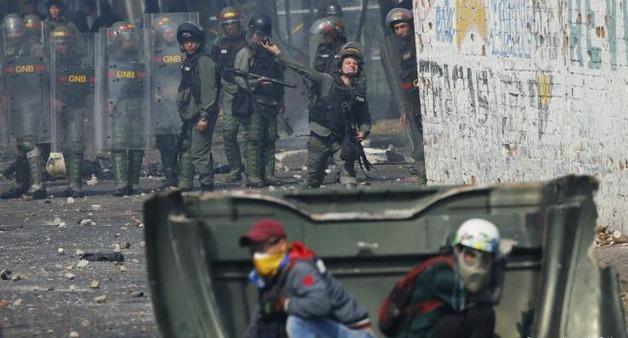 Конфликт в Венесуэле: военные давили мирных жителей броневиками