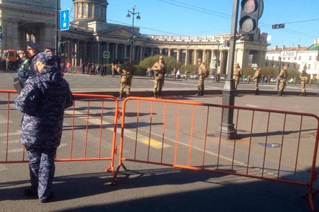 Центр Петербурга в преддверии первомайского шествия перекрыли силовики с дубинками