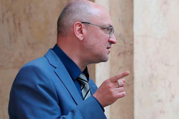 Соседи Резника рассказали об устойчивом запахе марихуаны в подъезде депутата
