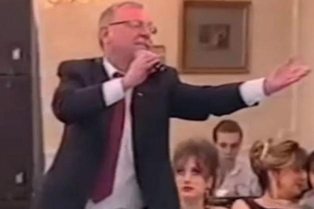 «Мой тост за людей, которые ведут за собой общество». Экс-глава Карелии спел на дне рождения «ночного губернатора» Санкт-Петербурга