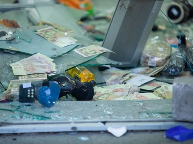 Продавцы — не помеха: под Днепром неизвестные взорвали банкомат прямо в магазине