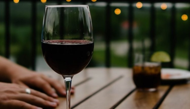 """В ресторане клиенту по ошибке """"подарили"""" вино за 4500 фунтов"""