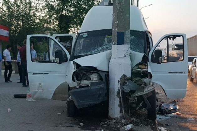 В Волгограде «МАЗ» вмял маршрутку в столб: 16 пострадавших