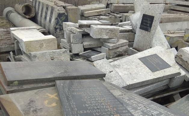 Надгробия с могил защитников Заполярья выбросили на свалку в Мурманске