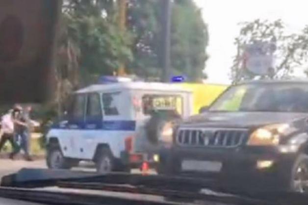 В Сочи УАЗ с сотрудниками ППС сбил девушку на электроскутере