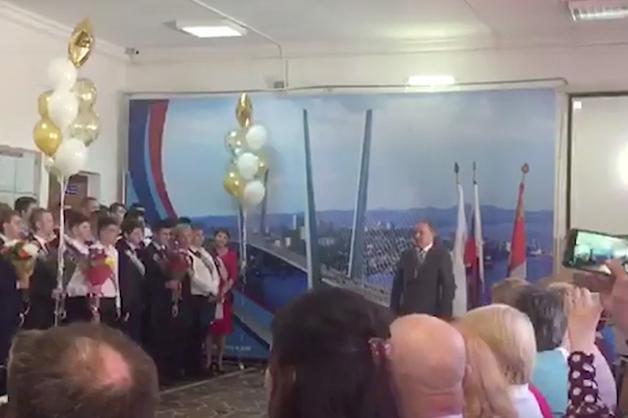 Мэр Владивостока проводил выпускников «в последний путь»