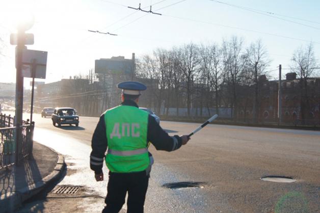 В Челябинской области инспектор ДПС получил 30 тысяч рублей от бесправника