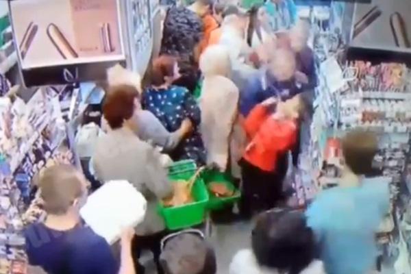 Пытался свернуть шею: в супермаркете Киева маньяк напал на ребенка. Шокирующее видео