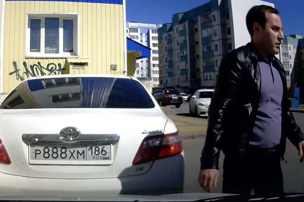 Сын начальника полиции Сургута избил «честного гаишника» за замечание о заклеенных номерах