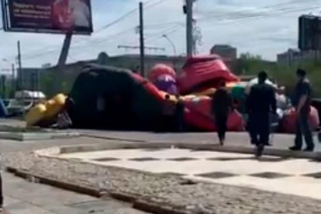Камера сняла, как батут с детьми снесло ветром в Улан-Удэ