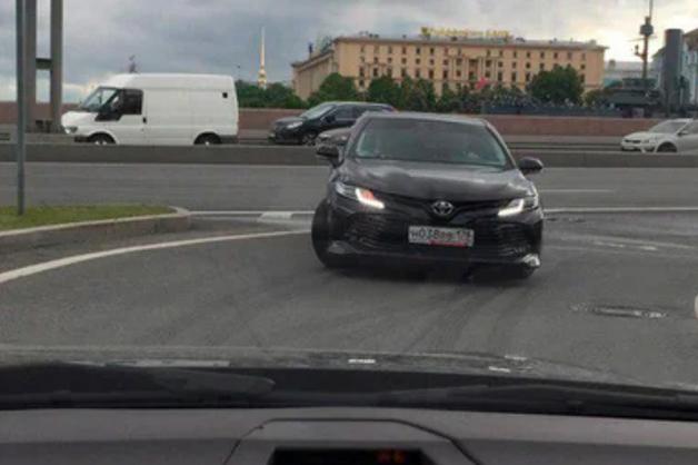 Неадекватный водитель Toyota грубо нарушил ПДД в Петербурге