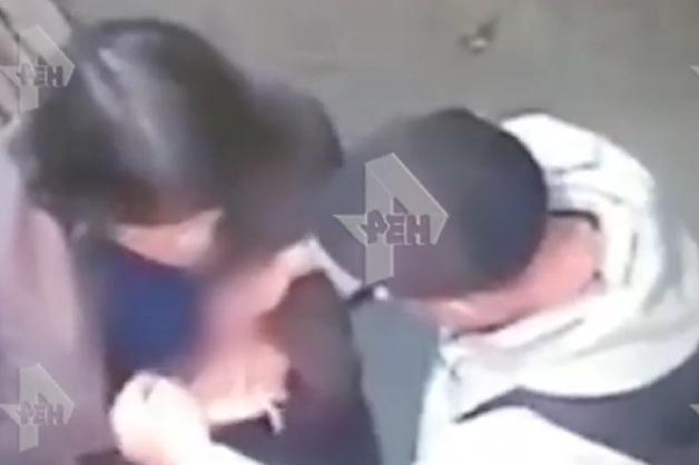 Ограбление женщины на 1,5 млн рублей в Петербурге попало на видео