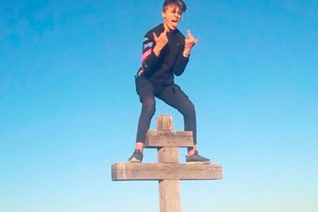 В Вольске подростки залезли на Поклонный крест и устроили фотосессию