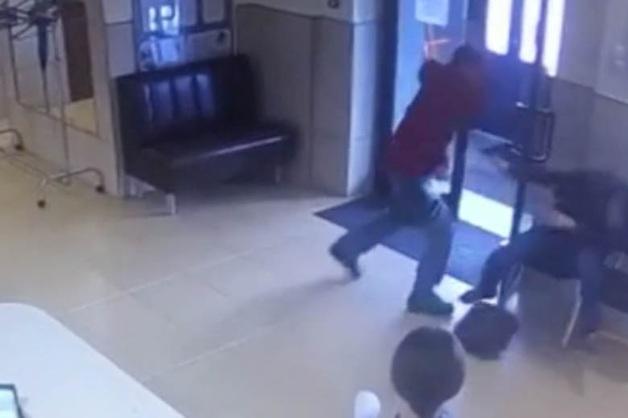 Жестокое нападение на сотрудника южно-сахалинской мэрии попало на видео