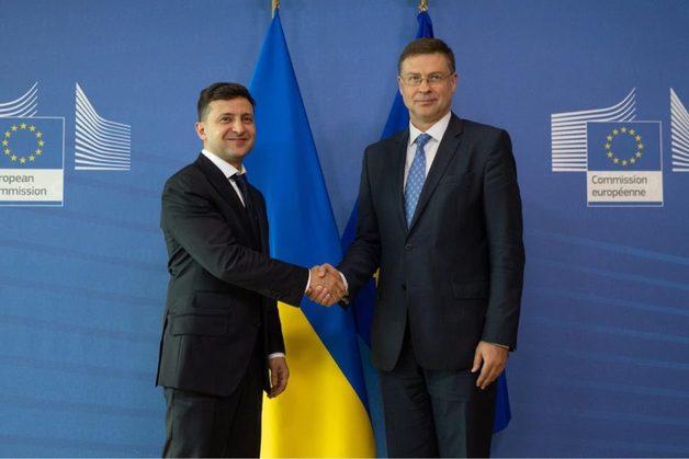 Зеленский в ЕС о ПриватБанке: Я не буду на стороне Коломойского, его игры мне не интересны