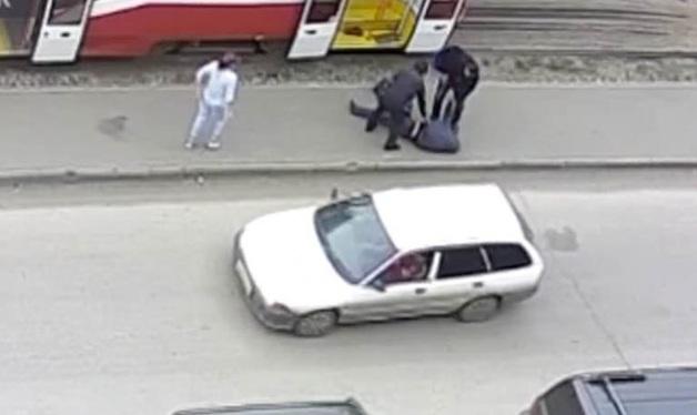 Шокирующее безразличие: мужчину с признаками инсульта бросили на улице