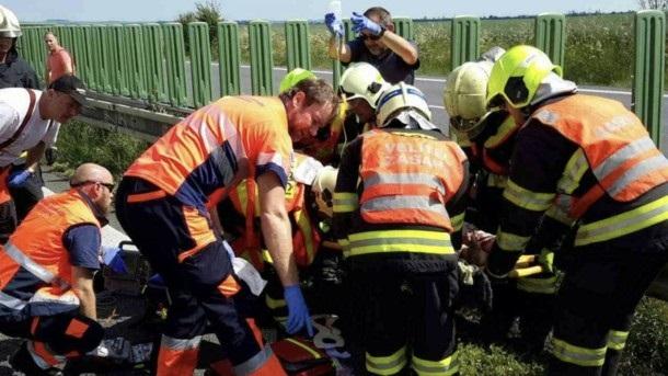 В Чехии школьный автобус влетел в фуру: десятки раненых