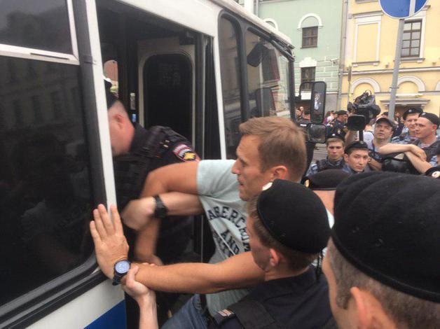 Алексея Навального отпустили из полиции после задержания на марше в поддержку журналиста «Медузы» Ивана Голунова