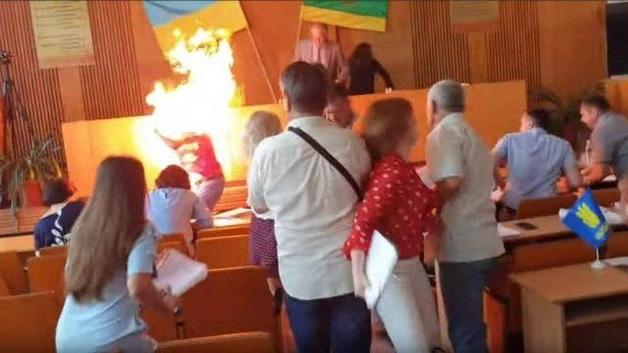 В Бердичеве бизнесмен поджег себя на глазах у депутатов: жуткие фото и видео