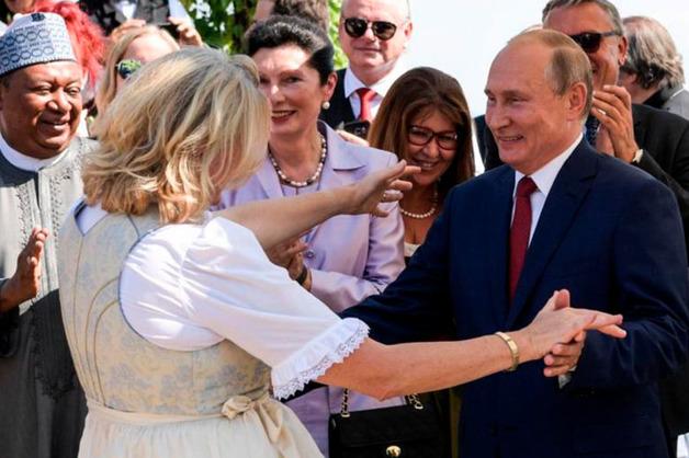 Экс-глава МИД Австрии раскрыла детали приглашения Путина на свою свадьбу