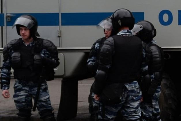 «Около 10 человек с оружием поднялись на второй этаж»: на вечеринку в «Доме печати» нагрянул ОМОН