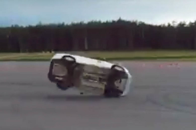 Российские военные сделали сальто на Lada Vesta во время разворота