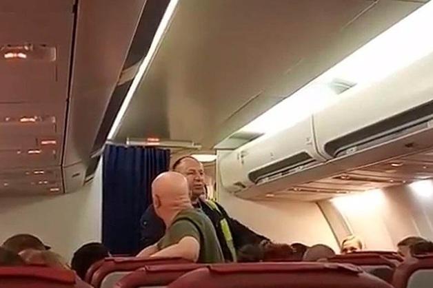 «Мы выходим!» Пассажиры лайнера в Толмачево устроили бунт и отказались лететь в Паттайю