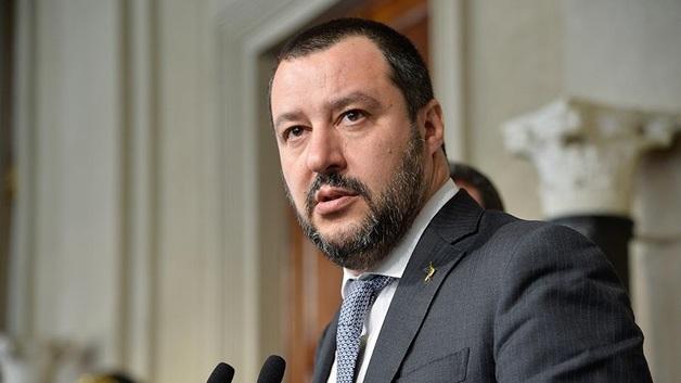 Суд закрыл дело о задержании мигрантов против главы МВД Италии