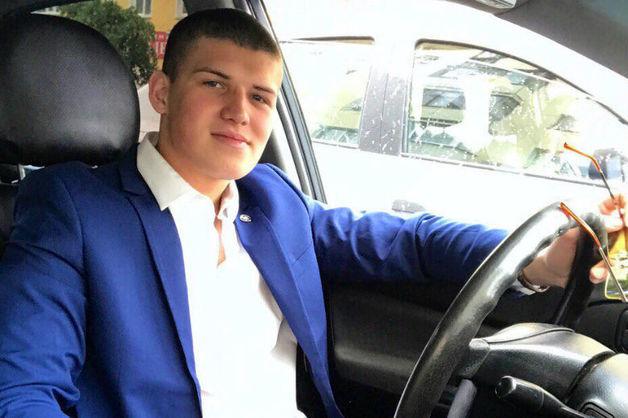 «Обделаются или нет». Кировский депутат бросил под ноги полицейским муляж гранаты