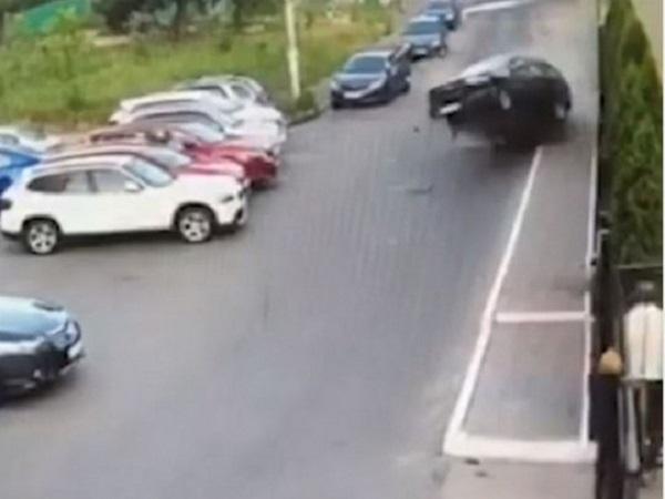 Машина буквально взлетела в воздух: жуткое ДТП в Киеве попало на видео