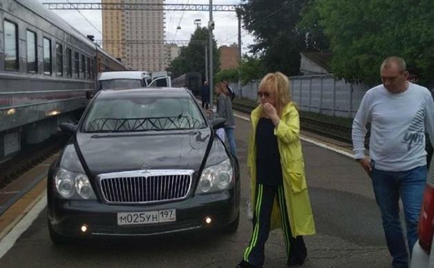 РЖД проверит сообщения о заехавшей на перрон машине Аллы Пугачевой