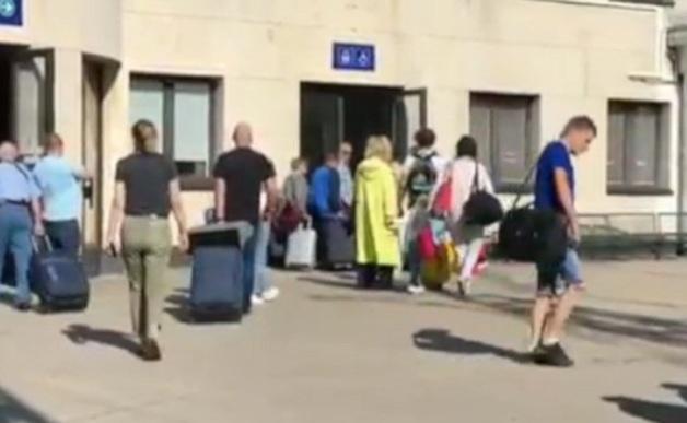 Алла Пугачева прошлась пешком по перрону вокзала Риги